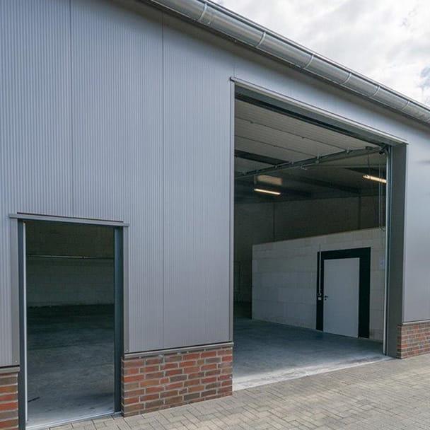 Büro- und Halleneingang im Firmenquartier Oldenburg-Nord
