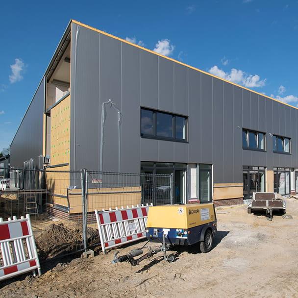 Außenansicht des Firmenquartier Wallenhorst während der Bauphase