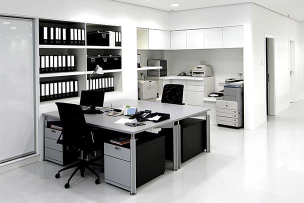 Blick auf einen Büroarbeitsplatz im Firmenquartier